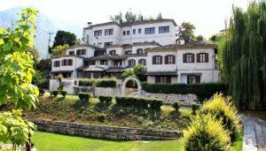 Το ξενοδοχείο Ταξιάρχες στο χωριό Αρίστη