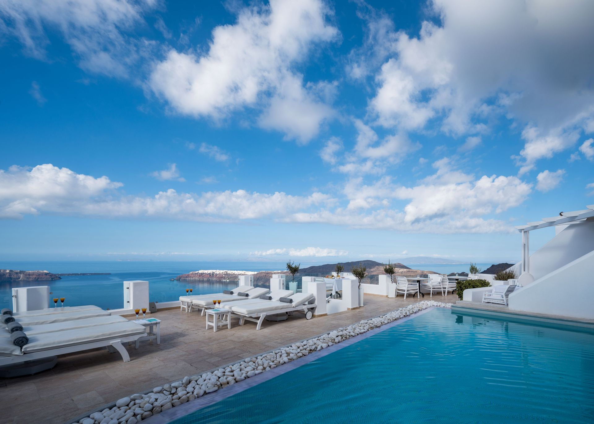 Above Blue Suites - Σαντορίνη ✦ 2 Ημέρες (1 Διανυκτέρευση) ✦ 2 άτομα ✦ Πρωινό ✦ έως 20/09/2020 ✦ Free WiFi