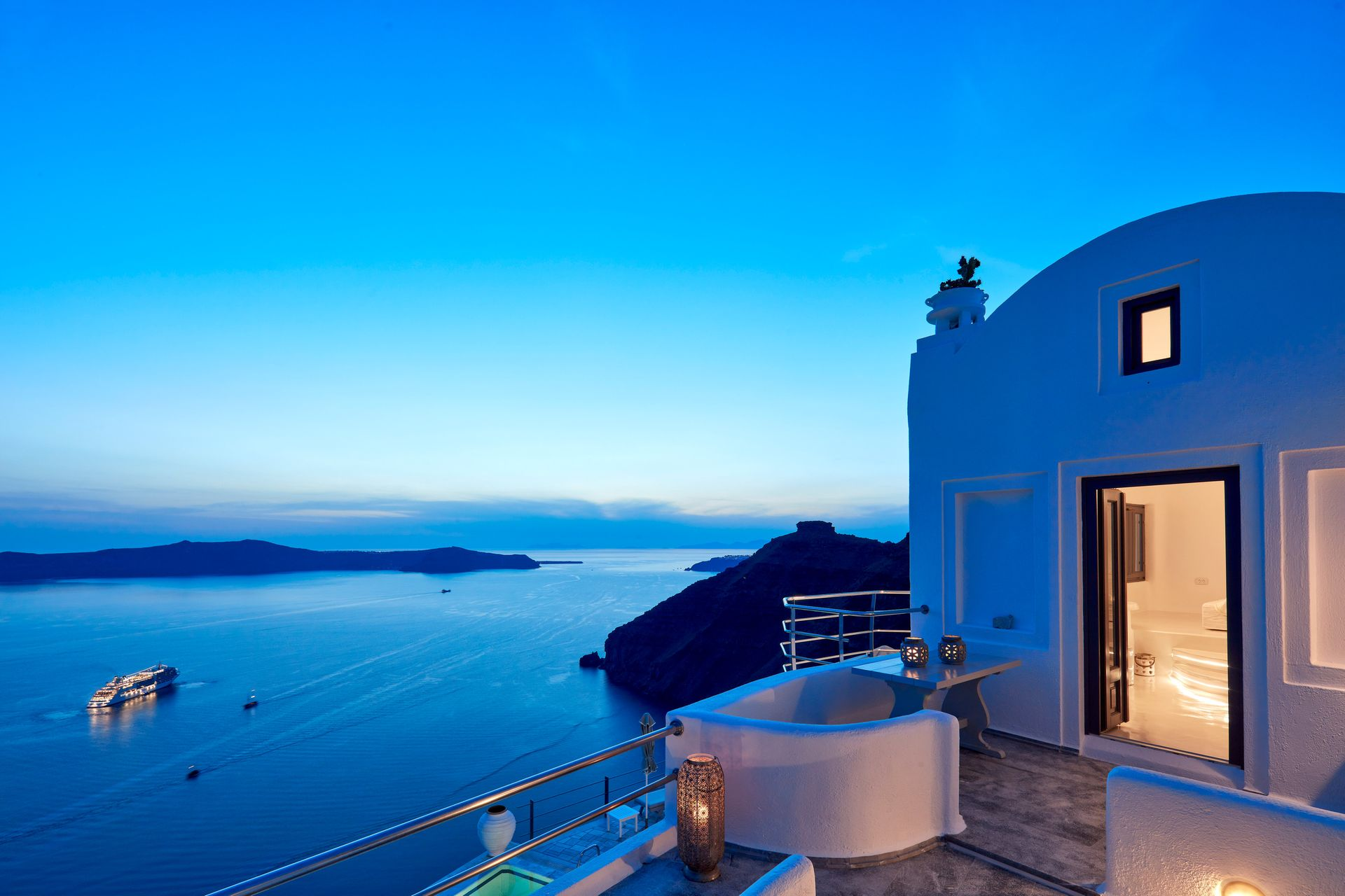 Homeric Poems Santorini - Σαντορίνη ✦ 2 Ημέρες (1 Διανυκτέρευση) ✦ 2 άτομα ✦ Πρωινό ✦ 01/06/2021 έως 30/09/2021 ✦ Μοναδική θέα!