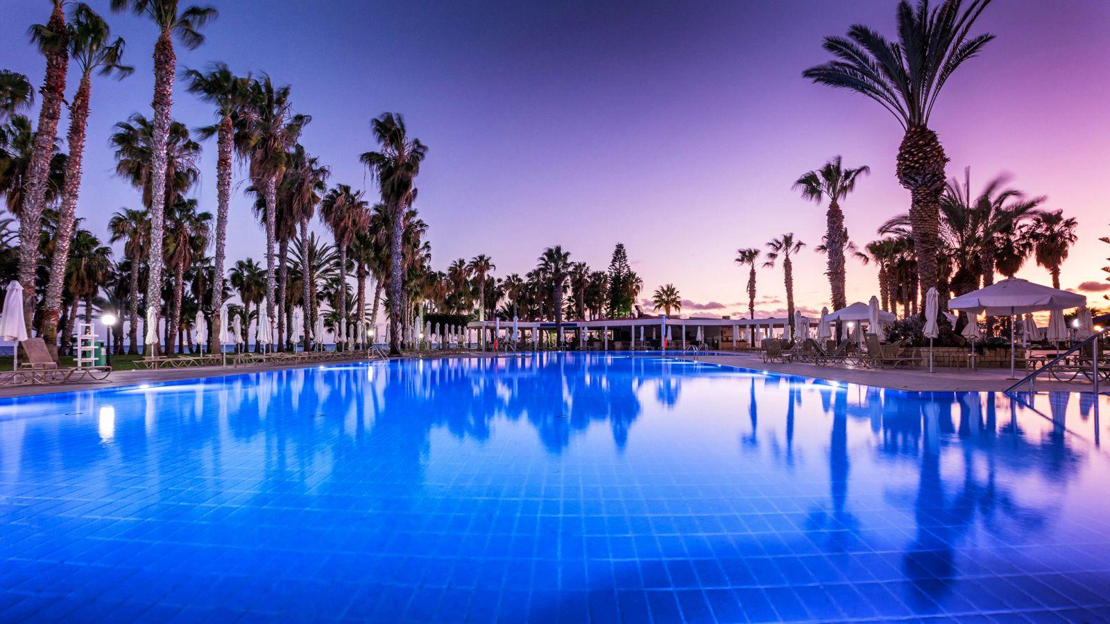 4* Louis Phaethon Beach - Πάφος, Κύπρος ✦ 2 Ημέρες (1 Διανυκτέρευση) ✦ 2 άτομα ✦ Πρωινό ✦ 01/08/2021 έως 31/08/2021 ✦ Πάνω στη Θάλασσα!