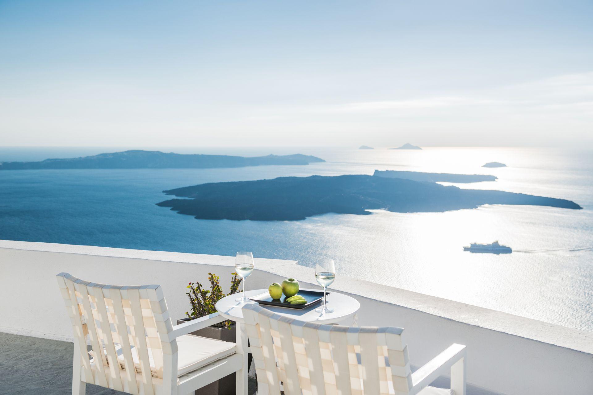 On The Rocks Hotel - Σαντορίνη ✦ 2 Ημέρες (1 Διανυκτέρευση) ✦ 2 άτομα ✦ Πρωινό ✦ 01/09/2021 έως 30/09/2021 ✦ Θέα στο Αιγαίο!