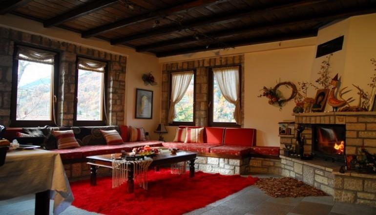 Χριστούγεννα, Πρωτοχρονιά και Φώτα στη Λίμνη Πλαστήρα, στο Ξενώνα Το Πέτρινο! Απολαύστε 4 ημέρες / 3 διανυκτερεύσεις KAI για τα 2 Άτομα ΚΑΙ ένα Παιδί έως 3 ετών σε δίκλινο δωμάτιο με Σπιτικό Παραδοσιακό Πρωινό με 149€ από 298€ ( Έκπτωση 50%)! Προσφέρεται Σπιτικό Λικέρ σε διάφορες γεύσεις ή Τοπικό Κρασί για καλωσόρισμα και τα απογευματινά Ροφήματα Δωρεάν! Παρέχεται Late check out στις 18:00! Υπάρχει δυνατότητα επιπλέον διανυκτερεύσεων! εικόνα