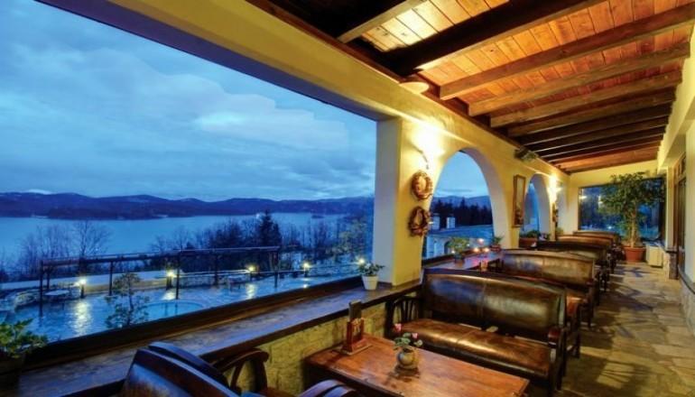 4* Naiades Hotel - Λίμνη Πλαστήρα - Χριστούγεννα, Πρωτοχρονιά ΚΑΙ Φώτα στη Λίμνη Πλαστήρα, στο 4 αστέρων Naiades Hotel! Απολαύστε 4 ημέρες / 3 διανυκτερεύσεις KAI για τα 2 Άτομα ΚΑΙ ένα Παιδί έως 6 ετών με Ημιδιατροφή (Πρωινό σε Μπουφέ και Βραδινό) σε δίκλινο δωμάτιο, μόνο με 299€ από 598€ ( Έκπτωση 50%)! Ελεύθερη χρήση της Sauna, του Γυμναστηρίου,