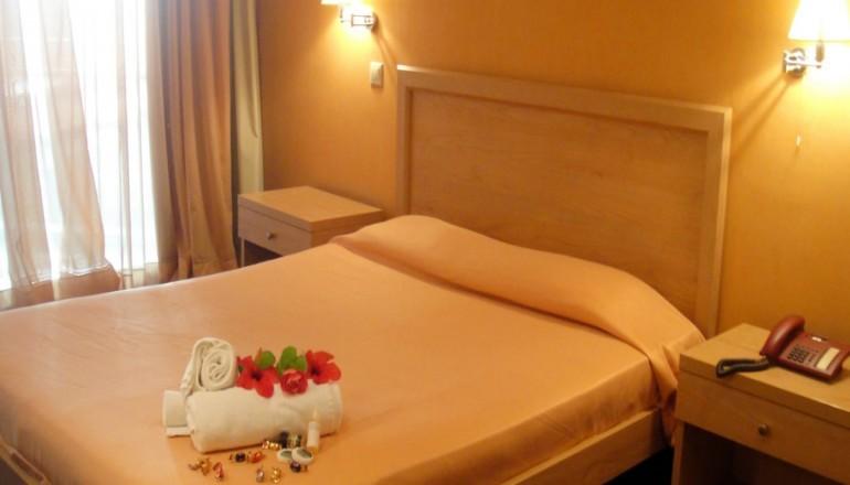 Χριστούγεννα, Πρωτοχρονιά ΚΑΙ Φώτα μια ανάσα από το Λουτράκι στον Ισθμό Κορίνθου, στο Isthmus Prime Hotel! Απολαύστε 4 ημέρες/ 3 διανυκτερεύσεις ΚΑΙ για τα 2 Άτομα ΚΑΙ ένα Παιδί έως 12 ετών, σε δίκλινο δωμάτιο με Πρωινό σε Μπουφέ, μόνο με 119€ από 240€ ( Έκπτωση 50%)! Παρέχεται Early check in στις 10:00 και Late check out στις 18:00! Για όσους πραγματοποιήσουν τη διαμονή τους τα Φώτα από 03/01 έως 06/01 ΚΑΙ από 27/12 έως 30/12 δίδεται μια επιπλέον διανυκτέρευση Δωρεάν με Πρωινό για να απολαύσετε 5 γεμάτες Εορταστικές Ημέρες! Υπάρχει δυνατότητα επιπλέον διανυκτερεύσεων! Διατίθεται ειδική προσφορά ΚΑΙ με Ρεβεγιόν! εικόνα