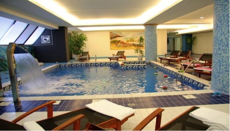 99€ από 198€ ( Έκπτωση 50%) ΚΑΙ για τις 3 ημέρες / 2 διανυκτερεύσεις ΚΑΙ για τα 2 Άτομα ΚΑΙ ένα Παιδί έως 12 ετών, στο 4 αστέρων Acropol Hotel, σε Superior δίκλινο δωμάτιο με Jacuzzi και Πρωινό σε Μπουφέ, στις Σέρρες! Παρέχονται Ελεύθερη Χρήση Θερμαινόμενης Πισίνας, ένα Hammam κατ΄άτομο και Ελεύθερη Χρήση του Γυμναστηρίου! Υπάρχει δυνατότητα επιπλέον διανυκτέρευσης! Η προσφορά ισχύει ΚΑΙ για τα Φώτα ΚΑΙ από 27/12 έως 30/12! Διατίθεται ειδική προσφορά ΚΑΙ για τα Χριστούγεννα! εικόνα