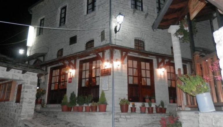 """Αγιου Πνευματος στο Συρρακο Ιωαννινων, στον Ξενωνα """"Η Γκουρα""""! Απολαυστε 4 ημερες / 3 διανυκτερευσεις KAI για τα 2 Άτομα ΚΑΙ ενα Παιδι εως 3 ετων με Ημιδιατροφη (Παραδοσιακο Πρωινο και Μεσημεριανο η Βραδινο) σε δικλινο δωματιο, μονο με 149€ απο 298€ ( Έκπτωση 50%)! Παρεχεται Early check in και Late check out κατοπιν διαθεσιμοτητας! Υπαρχει δυνατοτητα επιπλεον διανυκτερευσης!"""