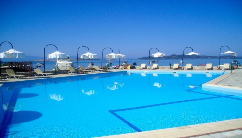 Αποδραστε στη Χαλκιδικη στο 4 αστερων Xenia Ouranoupolis Hotel για 6 ημερες / 5 διανυκτερευσεις KAI για τα 2 Άτομα, με Ημιδιατροφη (Πρωινο και Βραδινο σε Μπουφε) σε Double Sea View Room, επανω στο Κυμα! Προσφερεται Κρασι η Μπυρα η Καραφα Ουζο η Αναψυκτικο και Μπουκαλι Νερο ανα ατομο κατα τη διαρκεια του βραδινου! Υπαρχει δυνατοτητα επιπλεον διανυκτερευσεων!