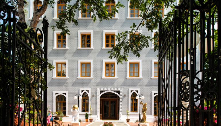 Πρωτομαγιά στο 4 αστέρων A for Art Hotel, στη Θάσο! Απολαύστε 4 ημέρες / 3 διανυκτερεύσεις KAI για τα 2 Άτομα ΚΑΙ ένα Παιδί έως 2 ετών, σε Just δίκλινο δωμάτιο με Πρωινό, μόνο με 237€ από 340€ (Έκπτωση 30%)! Προσφέρεται ένα Μπουκάλι Κρασί για καλοσώρισμα και ένα Cocktail ανά άτομο! Παρέχεται Late check out κατόπιν διαθεσιμότητας! Υπάρχει δυνατότητα επιπλέον διανυκτέρευσης!