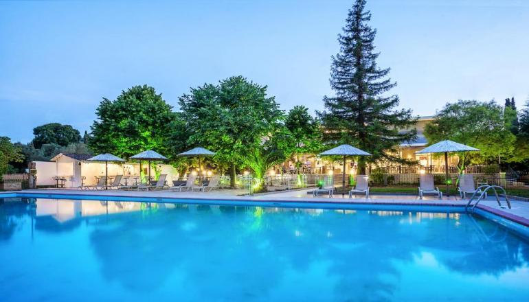 Πάσχα στη Χαλκιδική, στο 5 αστέρων Simantro Beach Hotel! Απολαύστε 4 ημέρες / 3 διανυκτερεύσεις KAI για τα 2 Άτομα ΚΑΙ ένα Παιδί έως 12 ετών με Ημιδιατροφή (Πρωινό και Βραδινό) σε δίκλινο δωμάτιο, με 310€ από 620€ ( Έκπτωση 50%)! Αναστάσιμο Δείπνο και Ανήμερα του Πάσχα Παραδοσιακό ψήσιμο του Οβελία με Μεζέδες και Ουζάκι και ακολουθεί Εορταστικός Μπουφές με συνοδεία Ζωντανής Μουσικής! Προσφέρονται Τσουρέκι και κόκκινα αυγά στο δωμάτιο! Για τους μικρούς μας φίλους Mini Club με δραστηριότητες και παιδικές ταινίες υπό την επίβλεψη παιδαγωγών! Υπάρχει δυνατότητα επιπλέον διανυκτέρευσης! εικόνα