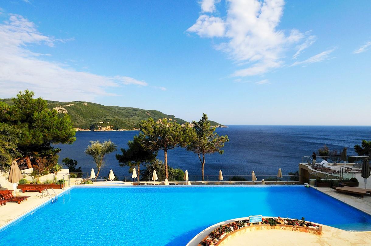 4* Akrotiri Beach Hotel - Κέρκυρα ✦ 8 Ημέρες (7 Διανυκτερεύσεις) ✦ 2 άτομα ✦ Πρωινό ✦ έως 11/10/2021 ✦ Δίπλα στη θάλασσα!