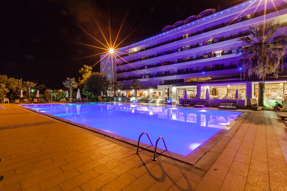 4* Bomo Olympus Grand Resort - Λεπτοκαρυά Πιερίας ✦ -50% ✦ 3 Ημέρες (2 Διανυκτερεύσεις) ✦ 2 άτομα + 1 παιδί έως 12 ετών ✦ All Inclusive ✦ 13/09/2020 έως 31/10/2020 ✦ Ξαπλώστρες και ομπρέλες στην πισίνα και στην παραλία