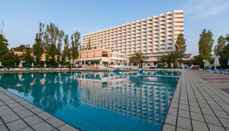 Αποδραστε στη Χαλκιδικη στο 4 αστερων Pallini Beach Hotel του ομιλου G Hotels για 4 ημερες / 3 διανυκτερευσεις KAI για τα 2 Άτομα ΚΑΙ ενα Παιδι εως 12 ετων, με Ημιδιατροφη (Πρωινο και Βραδινο σε Μπουφε) σε Double Side Sea View Room, επανω στο Κυμα! Υπαρχει δυνατοτητα επιπλεον διανυκτερευσης!