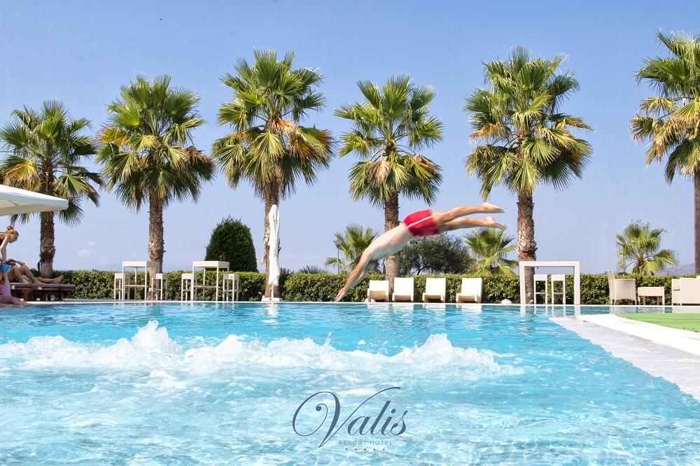 589€ από 1178€ ( Έκπτωση 50%) KAI για τις 6 ημέρες / 5 διανυκτερεύσεις KAI για τα 2 Άτομα ΚΑΙ ένα Παιδί έως 12 ετών στο 5 αστέρων Valis Resort Hotel, με Ημιδιατροφή (Πρωινό σε Μπουφέ και Βραδινό) σε δίκλινο δωμάτιο στον Βόλο! Προσφέρεται Τσίπουρο και Μεζές για καλωσόρισμα, 2 Ayurveda Massages, Ελεύθερη χρήση της Εσωτερικής Πισίνας και του Γυμναστηρίου καθώς και 8ωρη απασχόληση στο Kids Club για τους μικρούς μας φίλους από έμπειρο προσωπικό! Παρέχεται Early check in και Late Check out κατόπιν διαθεσιμότητας! Υπάρχει δυνατότητα επιπλέον διανυκτέρευσης!