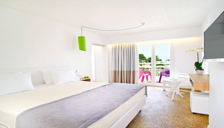 Πασχα στο Marathon Beach Resort Hotel, στη Νεα Μακρη Αττικης! Απολαυστε 4 ημερες / 3 διανυκτερευσεις KAI για τα 2 Άτομα ΚΑΙ ενα Παιδι εως 2 ετων, σε δικλινο δωματιο με Πρωινο, μονο με 239€ απο 478€ ( Έκπτωση 50%)! Προσφερεται Αναστασιμο Δειπνο και Ανημερα του Πασχα Εορταστικο Πασχαλινο Τραπεζι! Παρεχεται Early check in κατοπιν διαθεσιμοτητας και Late check out στις 18:00 για να απολαυσετε 3 ημερες! Υπαρχει δυνατοτητα επιπλεον διανυκτερε…