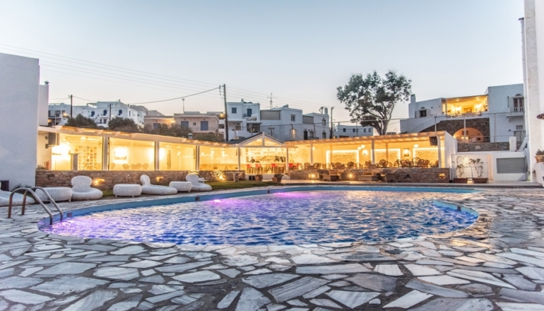 Aeolos Bay Hotel – Τηνος ✦ -50% ✦ 4 Ημερες (3 Διανυκτερευσεις) ✦ 2 Άτομα ΚΑΙ ενα Παιδι εως 6 ετων ✦ Ημιδιατροφη ✦ 13/07/2019 εως 22/07/2019 και 27/08/2019 εως 02/09/2019 ✦ Στο κεντρο της πολης!