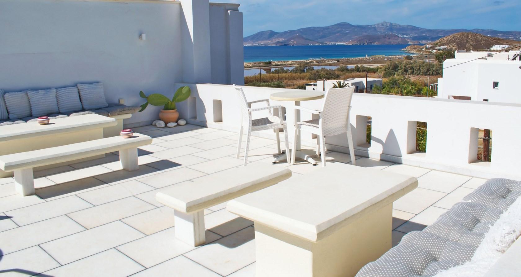 Camara Hotel - Νάξος ✦ 2 Ημέρες (1 Διανυκτέρευση) ✦ 2 άτομα + 1 παιδί έως 11 ετών ✦ Πρωινό ✦ 01/09/2021 έως 30/09/2021 ✦ Κοντά σε παραλία!