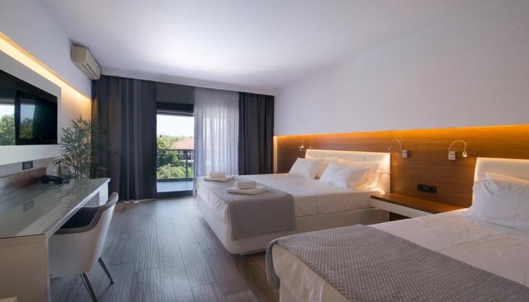 Πάσχα στο San Panteleimon Hotel, στον Πλαταμώνα Πιερίας! Απολαύστε 4 ημέρες / 3 διανυκτερεύσεις KAI για τα 2 Άτομα KAI ένα Παιδί έως 12 ετών, με Ημιδιατροφή (Πρωινό και Βραδινό σε Μπουφέ) σε Deluxe Room, μόνο με 289€ από 580€ ( Έκπτωση 50%)! Ανήμερα του Πάσχα προσφέρεται Ουζάκι, Τσίπουρο, Κρασί και Μεζεδάκια κατά το παραδοσιακό ψήσιμο του οβελία και Πλούσιος Εορταστικός Μπουφές με συνοδεία Μουσικής! Προσφέρεται ένα Λευκό και ένα Κόκκινο Μπουκάλι Κρασί για το καλωσόρισμα στο δωμάτιο καθώς και Τσουρέκι και Αυγά! Υπάρχει δυνατότητα επιπλέον διανυκτέρευσης! εικόνα