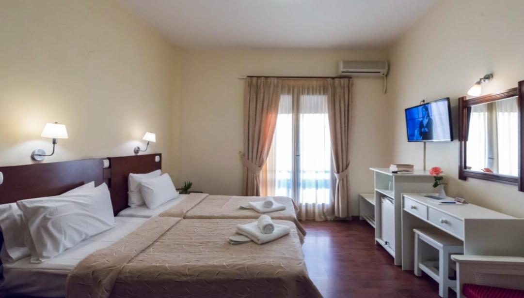 Hotel Akroyali - Άγιος Ανδρέας, Μεσσηνία ✦ -30% ✦ 3 Ημέρες (2 Διανυκτερεύσεις) ✦ 2 άτομα + 1 παιδί έως 6 ετών ✦ Ημιδιατροφή ✦ 01/08/2021 έως 31/08/2021 ✦ Μπροστά στη μαρίνα!