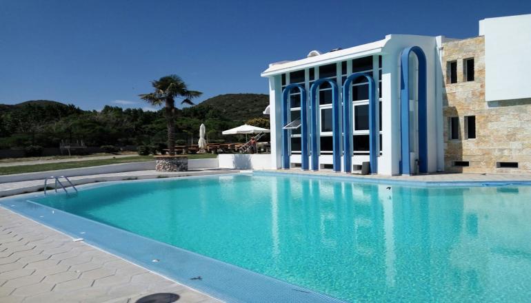 Πρωτομαγιά στο 4 αστέρων Skion Palace Beach Hotel στη Χαλκιδική δίπλα στη θάλασσα! Απολαύστε 3 ημέρες / 2 διανυκτερεύσεις KAI για τα 2 Άτομα και 2 Παιδιά έως 2 ετών, με Ημιδιατροφή (Πρωινό και Βραδινό), σε Superior Bungalow Garden View μόνο με 129€ από 258€ (Έκπτωση 50%)! Υπάρχει δυνατότητα επιπλέον διανυκτέρευσης!