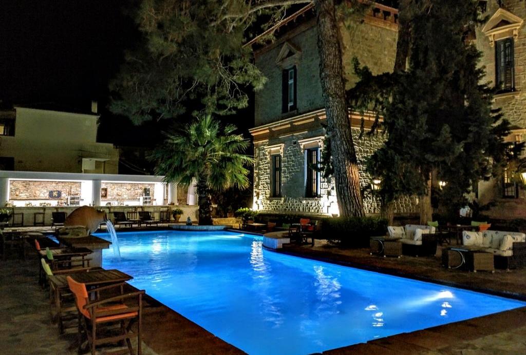 Loriet Hotel -Βαρειά, Μυτιλήνη ✦ 2 Ημέρες (1 Διανυκτέρευση) ✦ 2 άτομα + 2 παιδιά ένα έως 12 και ένα έως 5 ετών ✦ Πρωινό ✦ 01/07/2021 έως 31/07/2021 ✦ Μπροστά στην παραλία!