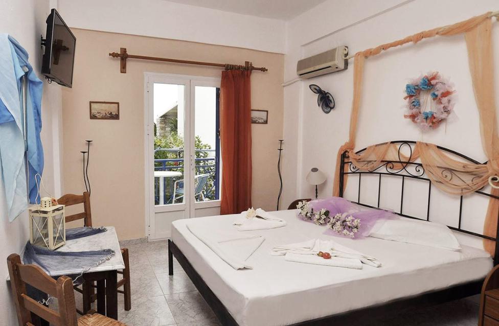Manos Apartments - Σύρος ✦ -30% ✦ 4 Ημέρες (3 Διανυκτερεύσεις) ✦ 2 άτομα + 1 παιδί έως 6 ετών ✦ Χωρίς Πρωινό ✦ Αγίου Πνεύματος (18/06/2021 έως 21/06/2021) ✦ <strong>Στην τιμή παρέχεται αυτοκίνητο για όλες τις μέρες της διαμονής σας!</strong>