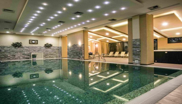 99€ από 198€ ( Έκπτωση 50%) ΚΑΙ για τις 2 ημέρες / 1 διανυκτέρευση ΚΑΙ για τα 2 Άτομα ΚΑΙ ένα Παιδί έως 6 ετών, στο 5 αστέρων Premier Luxury Mountain Resort μέλος των Small Luxury Hotels of the World, με Ημιδιατροφή (Πρωινό και Δείπνο σε Μπουφέ ή Σερβιριζόμενο) σε Superior Suite, στο Μπάνσκο! Προσφέρονται Κρασί και Φρούτα ή Σοκολατάκια στο δωμάτιο! Παρέχεται Ελεύθερη χρήση της Εσωτερικής Πισίνας, της Σάουνα, του Χαμάμ, του Τζακούζι και του Γυμναστηρίου! Υπάρχει δυνατότητα επιπλέον διανυκτέρευσης!